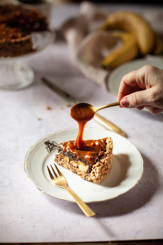 tarte à la banane, au chocolat et au caramel salé végétal