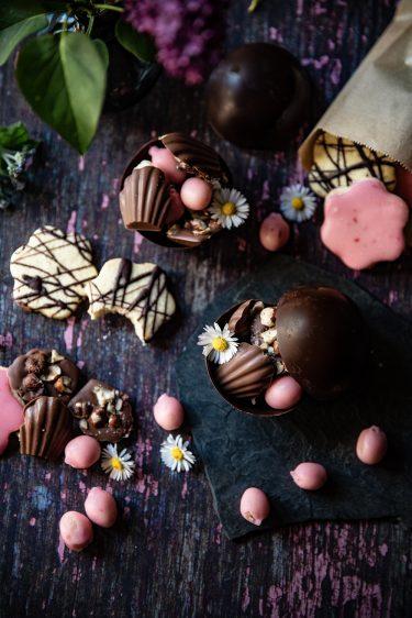 Chocolats de Pâques, recettes de friture de chocolat au lait et aux noisettes, bonbons de pâte d'amande glacés au sucre rose et biscuits sablés décorés de chocolat ou de glaçage rose