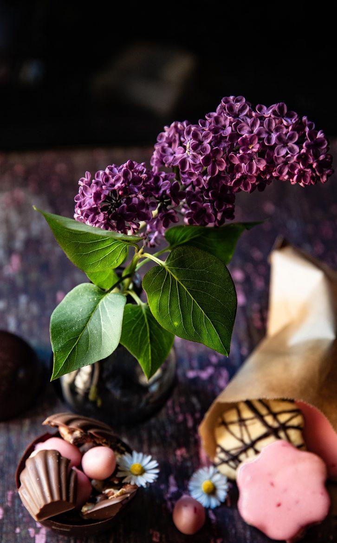 Vase de lilas violet et chocolats de Pâques