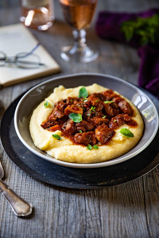 Polenta crémeuse et champignons à la sauce tomate comme une bolognaise vegan