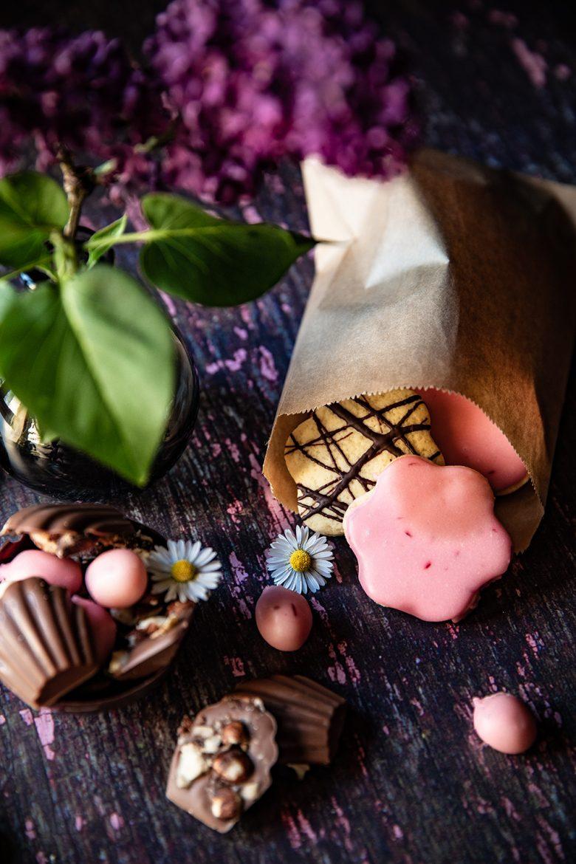 Biscuits sablés roses et bonbon au chocolat et aux noisettes