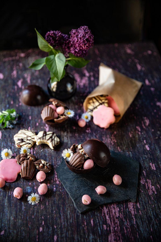 Recettes de chocolats de Pâques au lait et aux noisettes, de biscuits et de bonbons roses comme des oeufs.