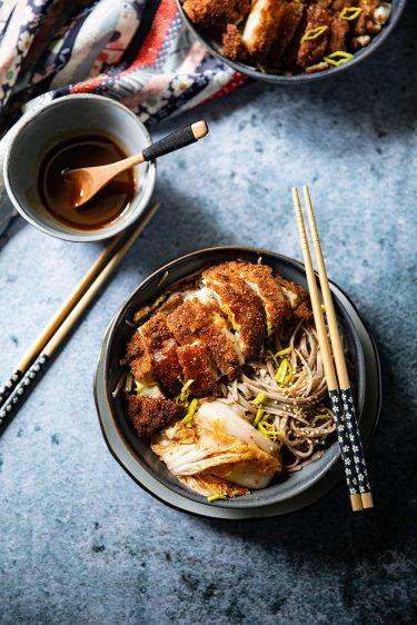 Recette de poulet frit ou de chicken katsu ou tori katsu avec des nouilles soba et du kimchi minute.