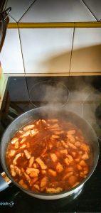 Poulet au gingembre: ajouter les condiments et les liquides.