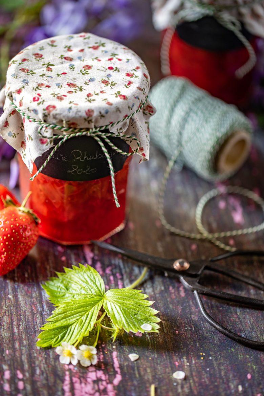 Décorer son pot de confiture à la fraise et à la rhubarbe, tissus, ficelle et étiquettes