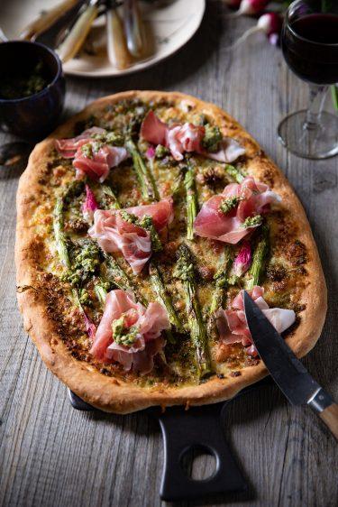 Recette de pizza aux légumes de printemps, asperges, radis et pesto d'ortie