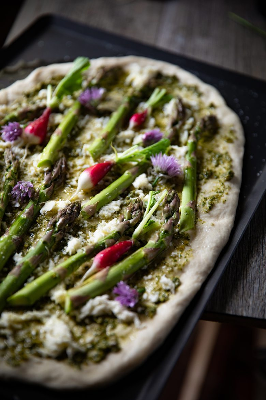 Ma recette de pizza aux légumes asperges et radis, pesto d'ortie