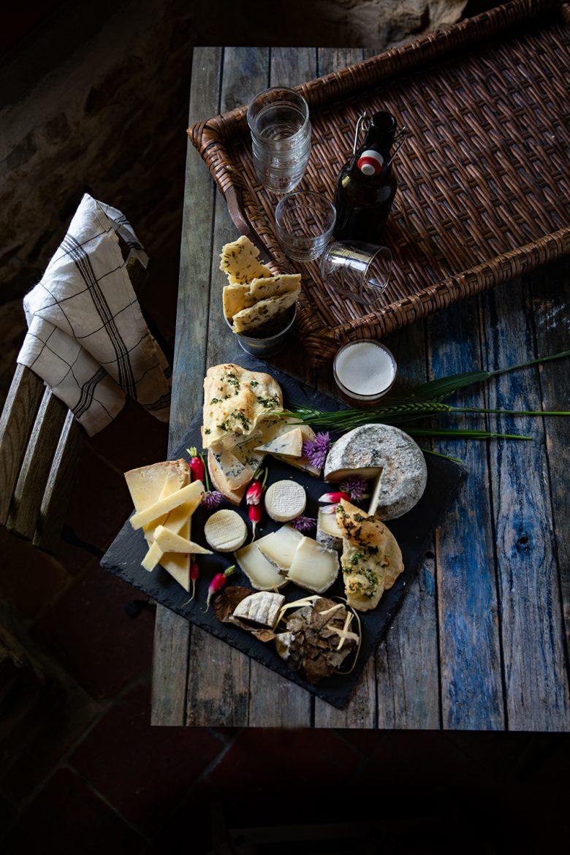 Plateau de fromages au moment de l'apéritif