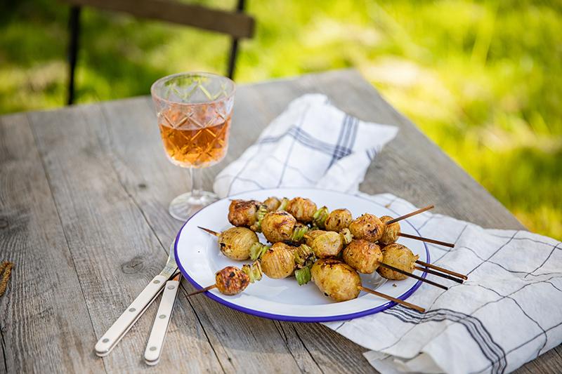 Ma recette de brochettes de pommes de terre suédoises au barbecue: Brochettes de pommes de terre et verre de vin rosé