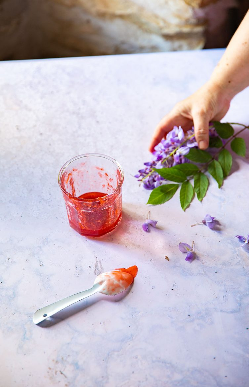 Por de confiture pour ma recette de génoise aux fraises et à la chantilly