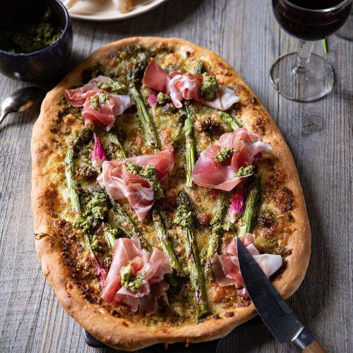 Recette de pizza aux légumes de printemps et pesto d'ortie