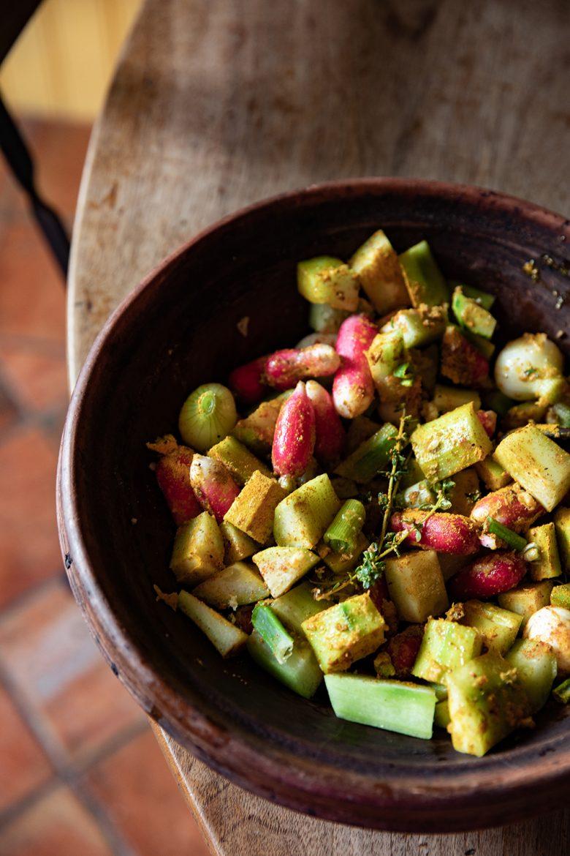 Préparation du tajine de concombre, radis et boulettes marocaines