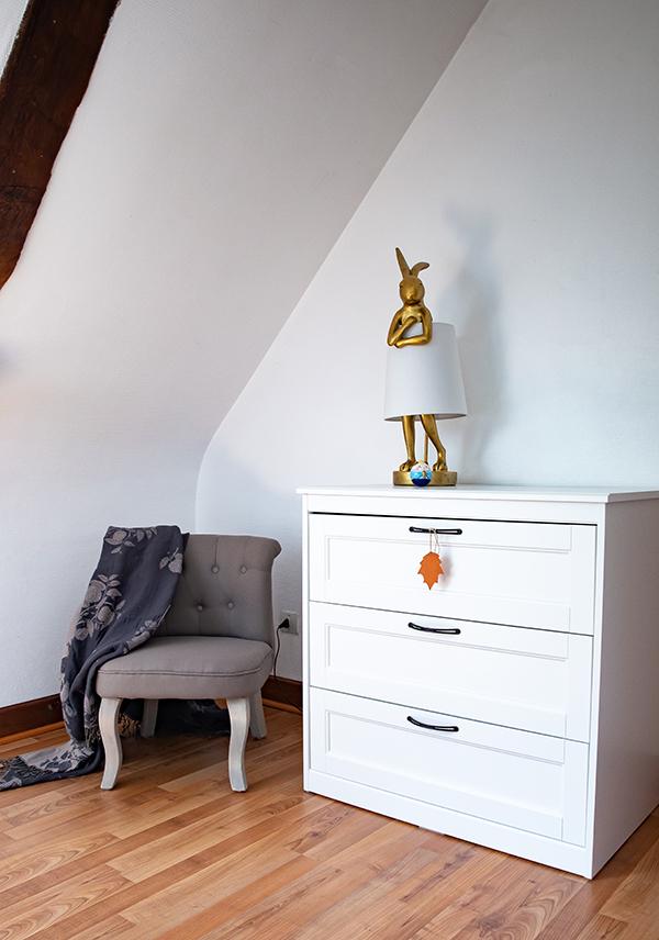 La décoration de la chambre Alice: le fauteuil crapaud et la commode blanche