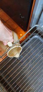 Verser de l'eau sur le lèche frite ou la sole du four pour créer de la vapeur
