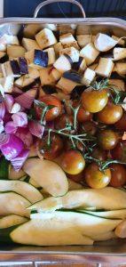Courgettes, tomates, oignons et courgettes pour les confire au four