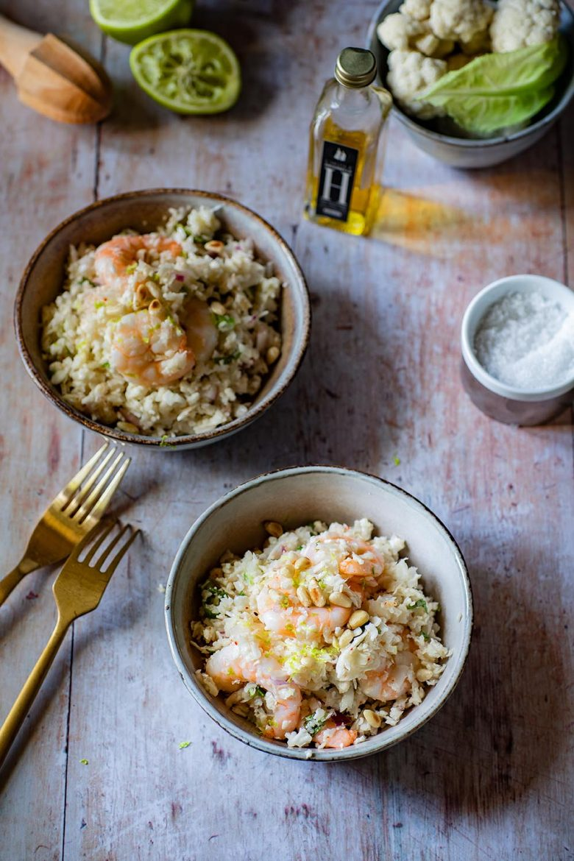 Délicieuse recette de salade, un taboulé de chou-fleur aux crevettes et huile d'olive H.