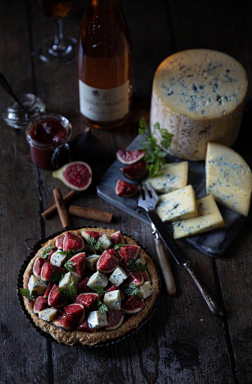 Fromage entier Fourme de Montbrison et tarte à la fourme de Montbrison et aux figues, compote et fraîches