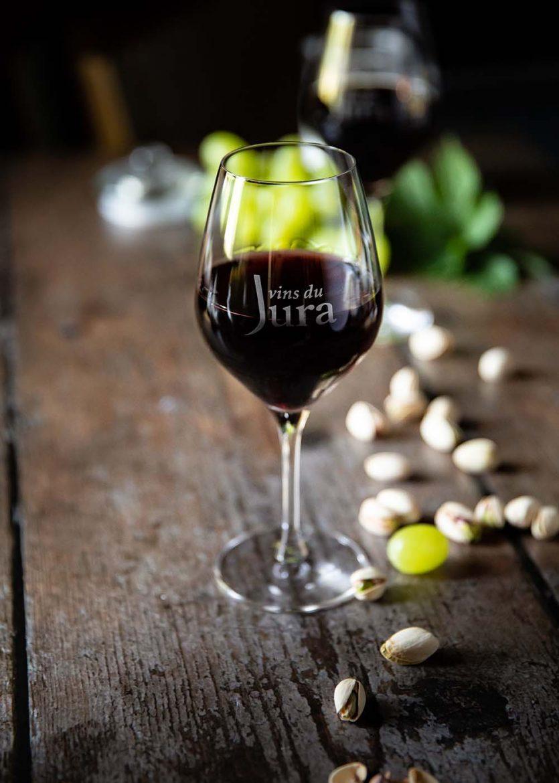 Verre de vin rouge du Jura, Pinot noir, Trousseau ou Poulsard