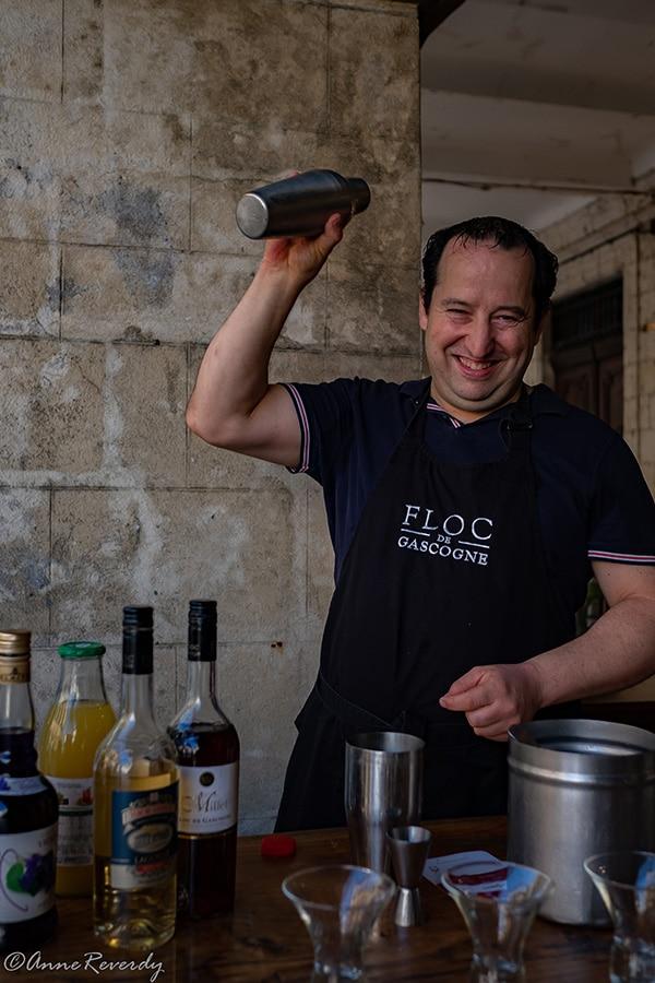 Jean-Philippe Labarthe du Loft Café à Eauze prépare les cocktails à base de Floc de Gascogne, dont le Gascon (recette)