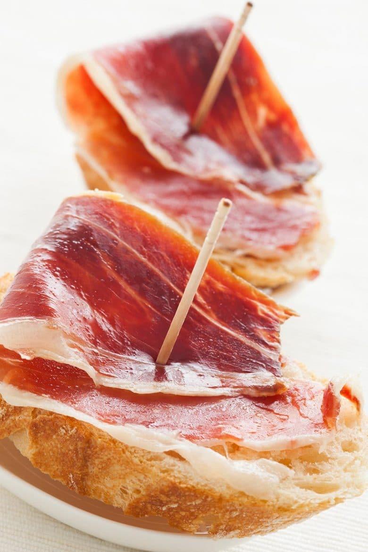 """Présentation du jambon ibérique comme des tapas basques """"pintxos"""""""