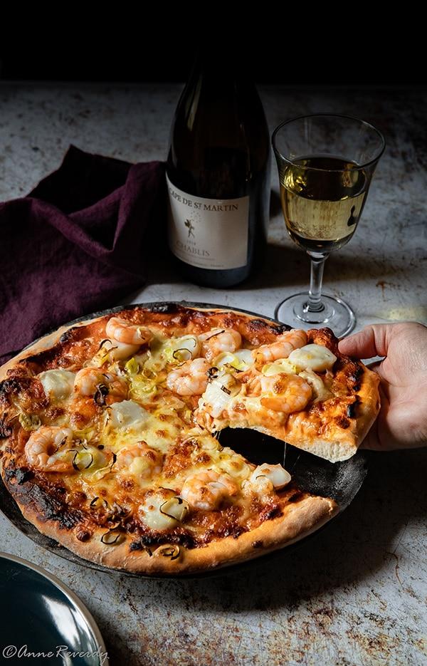Une garniture généreuse et fondante pour une recette de pizza aux crevettes et noix de saint-jacques
