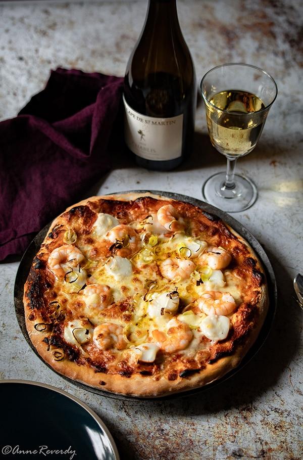 Ma recette de pizza crevettes saint-Jacques accompagnée de Chablis La Cape de Saint-Martin du Domaine Laroche