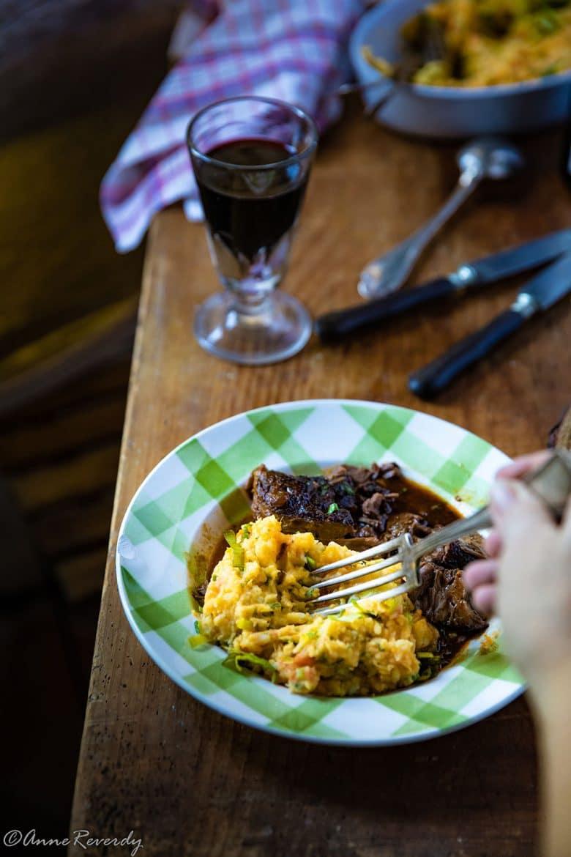 Recette de stoemp, purée au légumes servie avec de la sauce