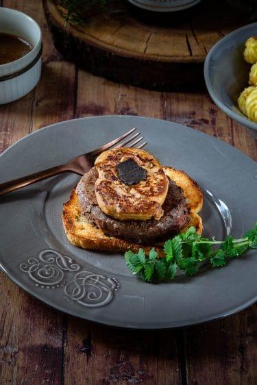 Le tournedos Rossini, un empilement de pain doré, filet de boeuf, foie gras et truffe. La recette traditionnelle.