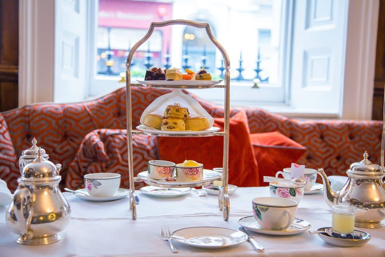 Afternoon tea dans un hôtel de Luxe ou thé anglais Tea time avec scones et sucreries