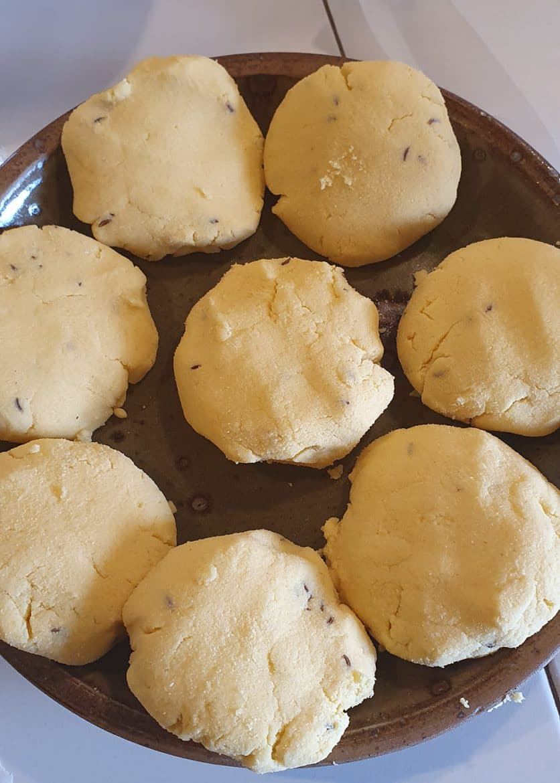 La pâte divisée en palets avant d'être étalée des makki ki roti