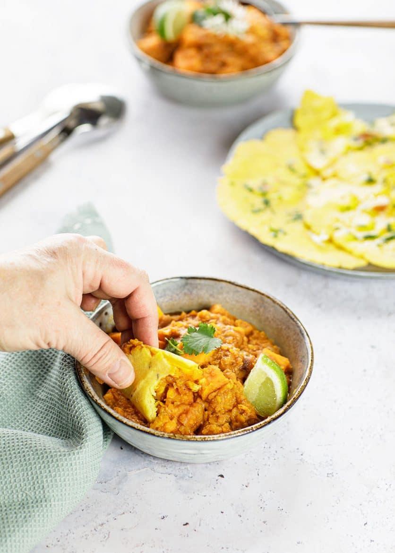 Ma recette de dal aux patates douces et lentilles corail dégustée avec des makki ki roti