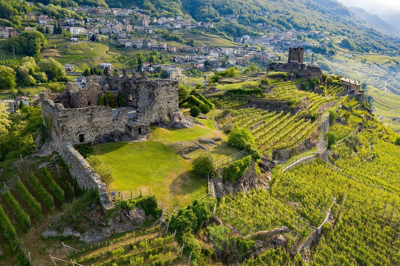 Vue de Sondrio, région  de la Valtellina, Lombardie, le château Grumelo et les vignes autour