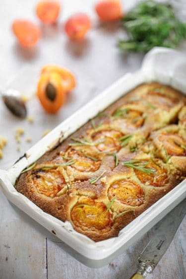 Recette de gâteau de maïs, abricot, miel et romarin