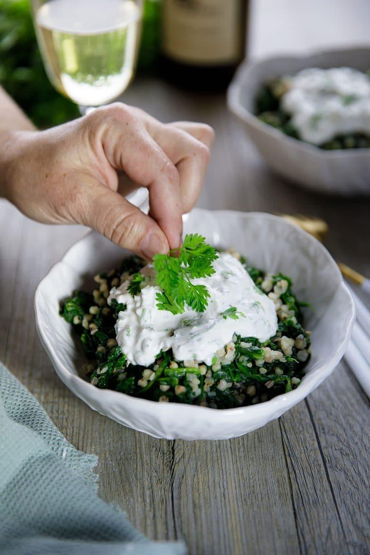 Le yaourt de brebis et le cerfeuil font très bon ménage dans une recette de légumes verts