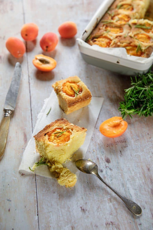 Recette de gâteau de maïs aux abricots, miel et romarin