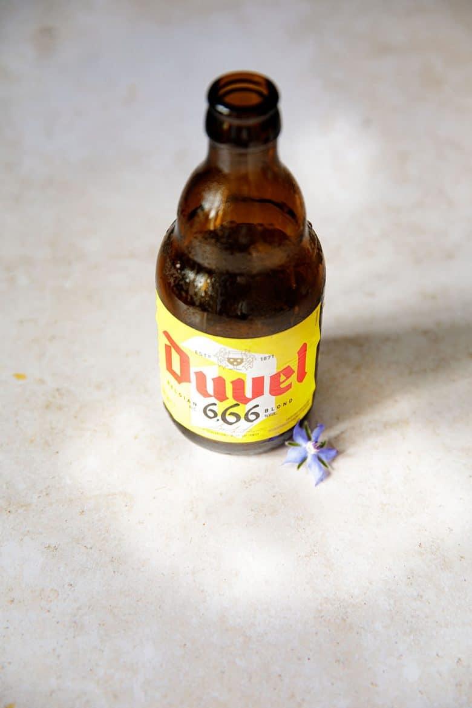 La bouteille ensoleillée de la bière légère Duvel 666