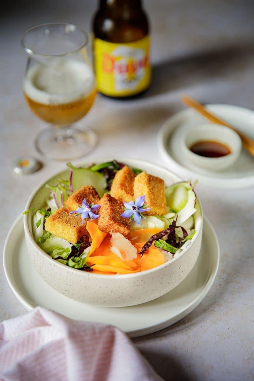 Ma recette de buddha bowl au tofu frit et légumes crus, accompagné de la bière Duvel 666