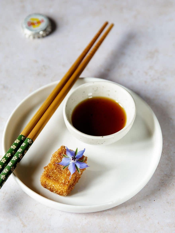 Tofu frit avec un peu de sauce soja sucrée