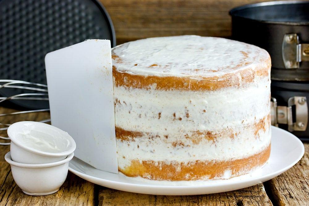 Naked cake ou nude cake dont la crème est lissée