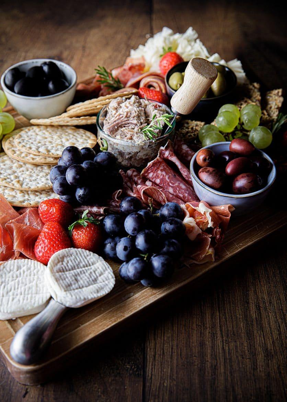 Présenter les fromages sur une planche apéritif complète au fromage et à la charcuterie, comment faire, le mode d'emploi