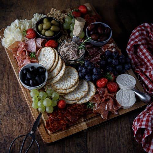 Comment présenter une planche de charcuterie et de fromage pour l'apéritif
