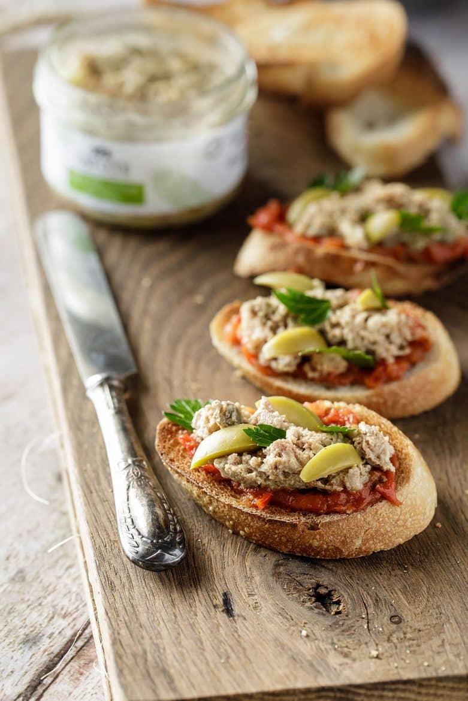 Tartines de pâté de canard aux olives vertes, la recette facile pour l'apéritif