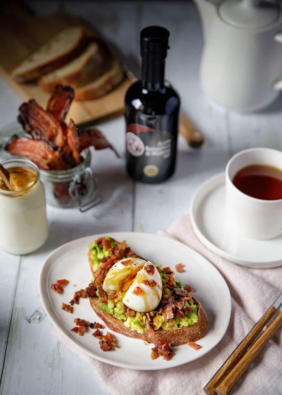 Petit déjeuner avec une tartine breakfast avocat, oeuf, bacon caramélisé